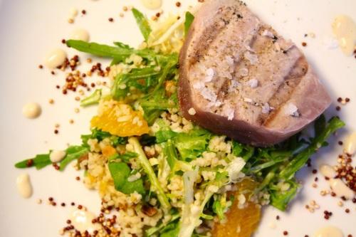 Gegrillter Thunfisch mit salzigem und süßem Popcorn-Quinoa, dazu Tabouleh und Zitronensauce.